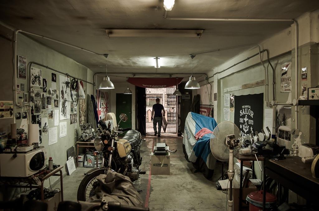 Oil13 Vintage Garage Madrid Inside Taller 1