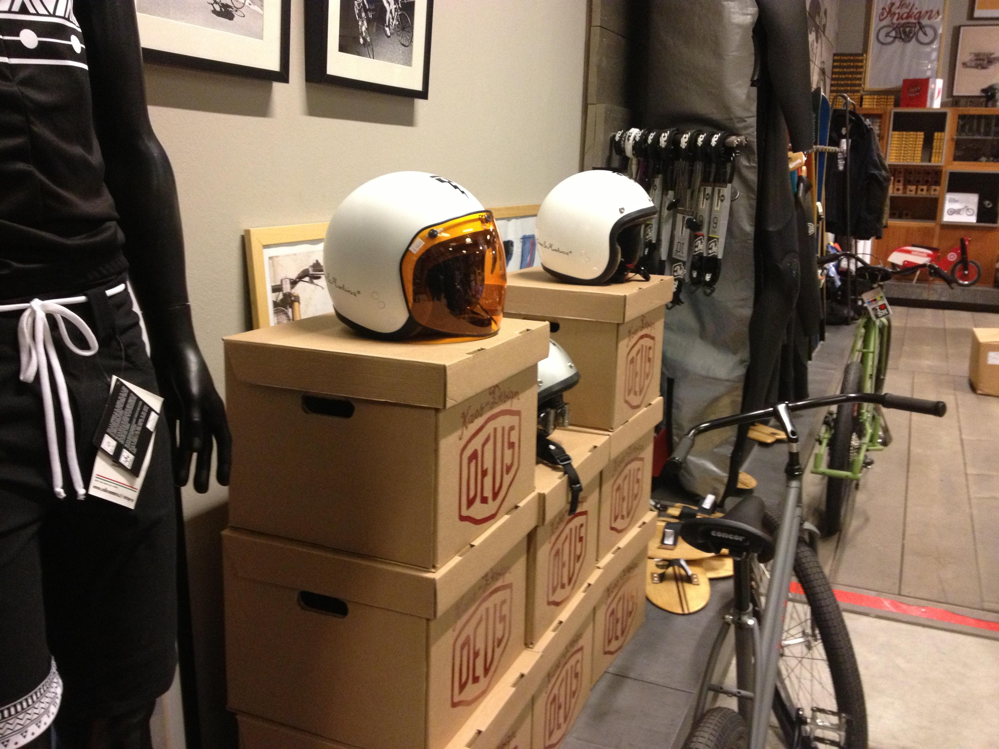 Oil13 - Deus ex Machina Milán - Helmets