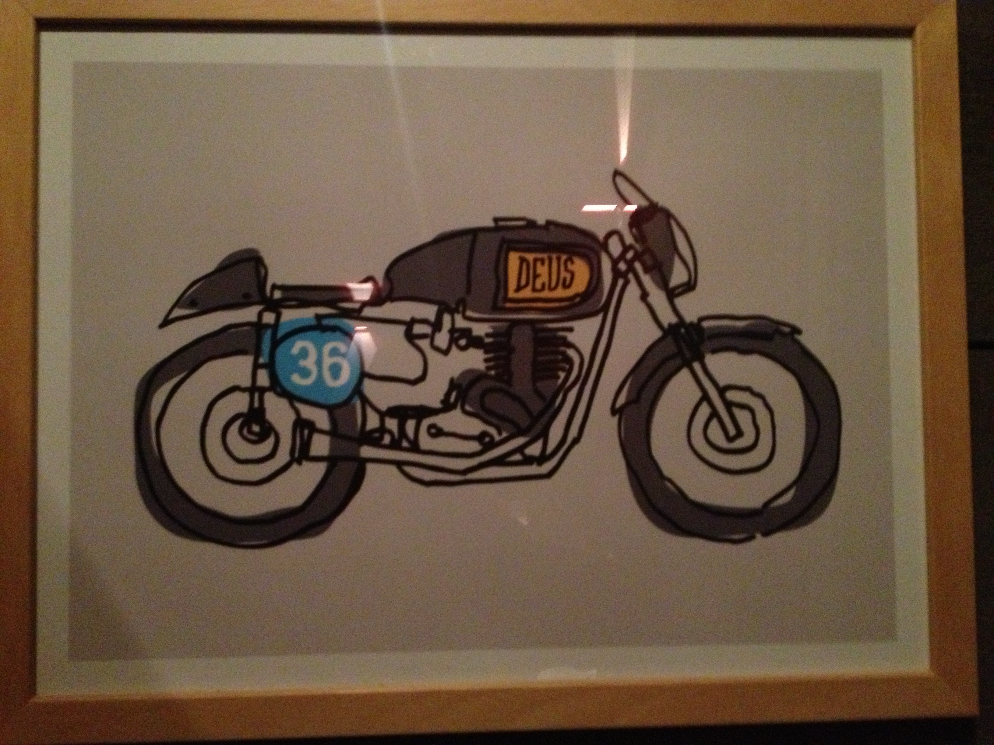 Oil13 - Deus ex Machina Milán - Logo Bike Right side