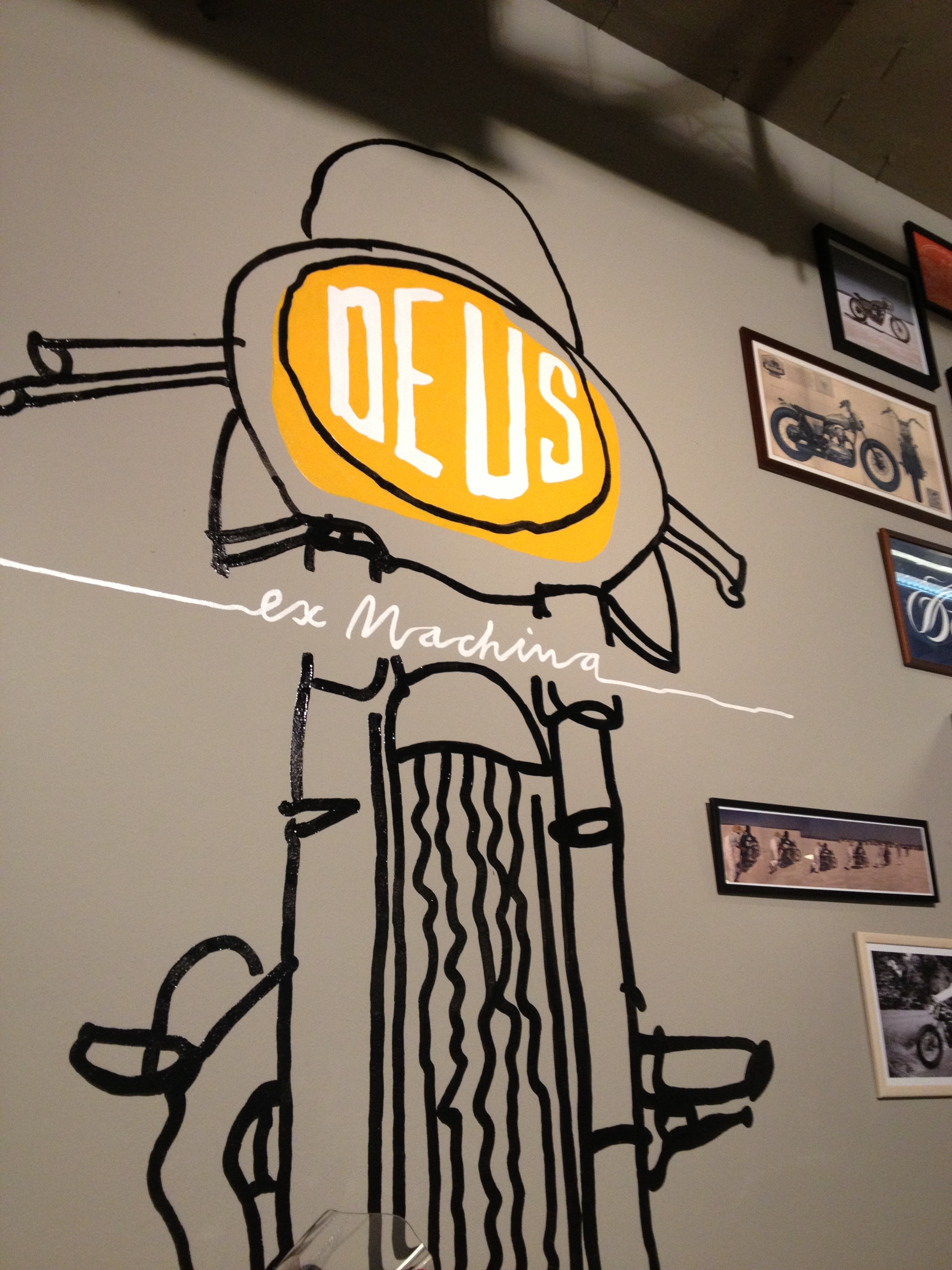 Oil13 - Deus ex Machina Milán - Logo Bike